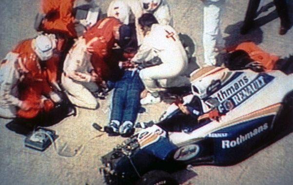 El final. A Senna lo declararon muerto 40' después del accidente. Se dice que ya lo estaba cuando lo atendieron al lado del auto.
