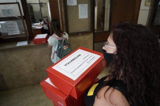 Las cajas rojas fueron entregadas desde las 9.45 y contienen las pruebas de matemática realizadas por los aspirantes.