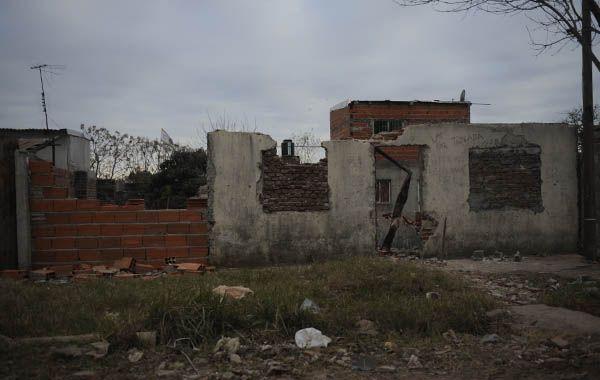 Esta mañana algunos vecinos demolían parcialmente el búnker en José Ingenieros al 100. (Foto: S.S.Meccia)