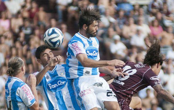 El equipo de Jorge Burruchaga mostró orden y contundencia para lzarse con un triunfo vital. (Foto: NA)