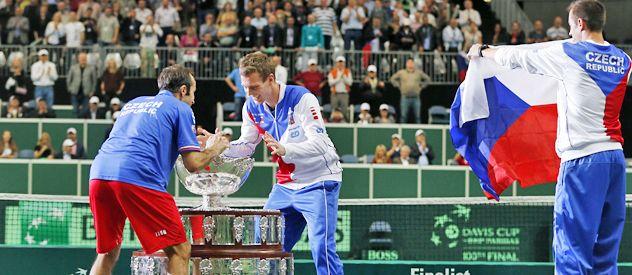 Se mira y se toca. Stepanek y Berdych se divierten con el trofeo. Los escolta Lukas Rosol