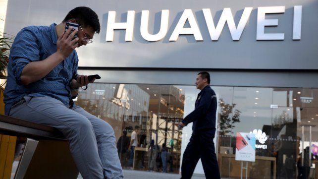 Política. Estados Unidos acusa a Huawei de recopilar información sensible y dársela al Estado chino.