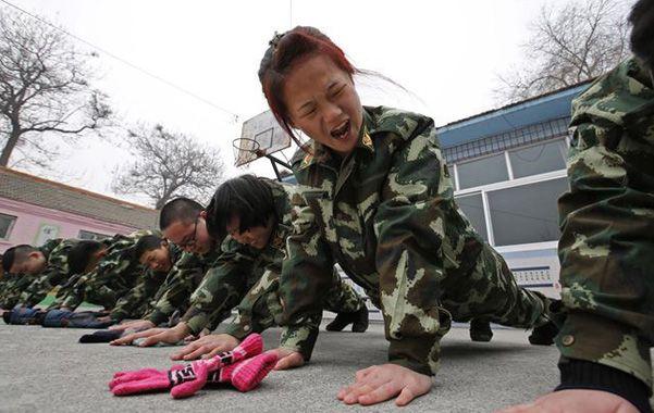 Rigor castrense. Los jóvenes deben soportar un duro entrenamiento.