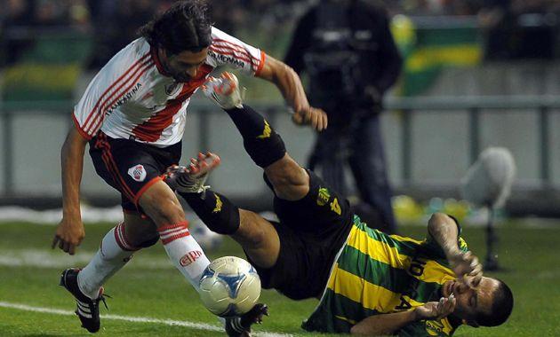 El Chori Domínguez lucha por el balón. River busca el triunfo ante los marplatenses.
