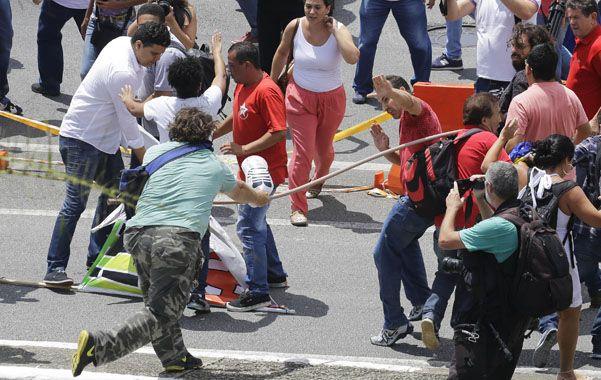 Batalla campal. Partidarios y detractores del ex presidente se enfrentaron frente a su casa en Sao Bernardo do Campo.