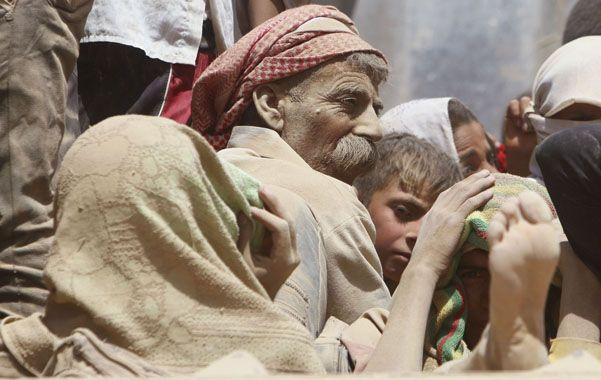 En fuga. Kurdos yaziditas escapan hacia la frontera con Siria en un camión
