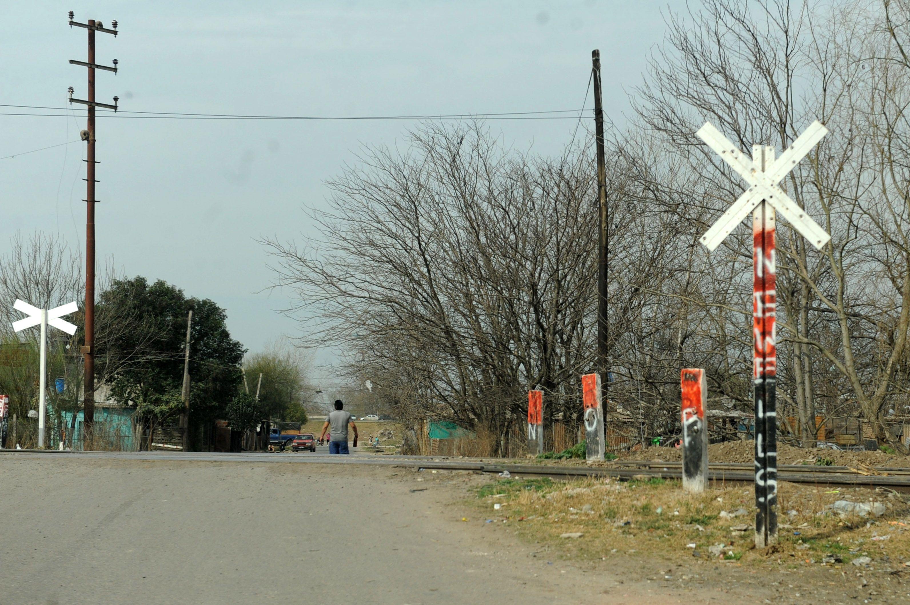 El cuerpo del adolescente fue encontrado en el cruce de Estudiante Aguilar y las vías del ferrocarril Mitre.(Foto: A.Celoria)