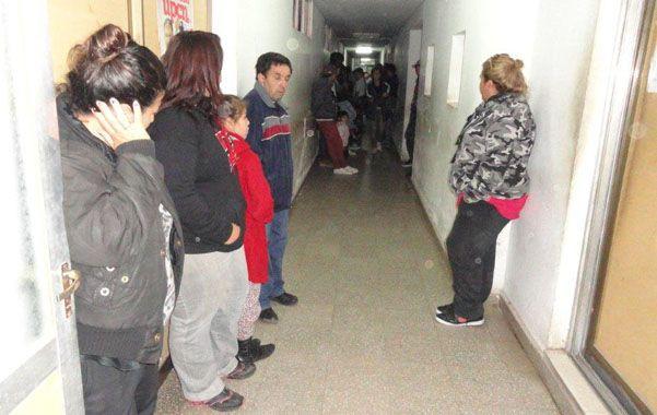 Dolor. Familiares se agolpaban en el pasillo que lleva a terapia del hospital. En primer plano