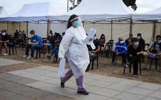 Gente haciendo cola para realizarse el hisopado en el Puesto Sanitario Móvil de la provincia ubicado en el parque de las Colectividades. En el último mes