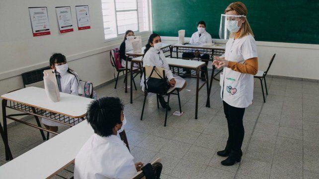 El gobierno ultima los detalles para el regreso a las aulas y discute con los gremios.