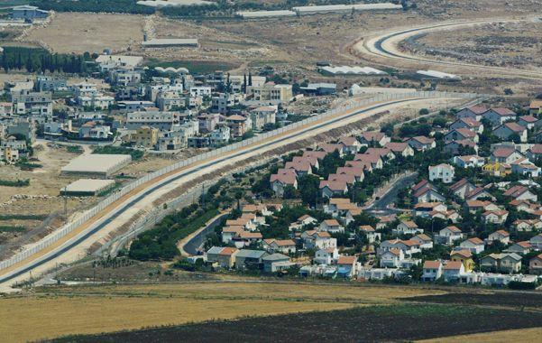 Dos mundos. Un pueblo palestino (izq.) y otro israelí separados por el muro.