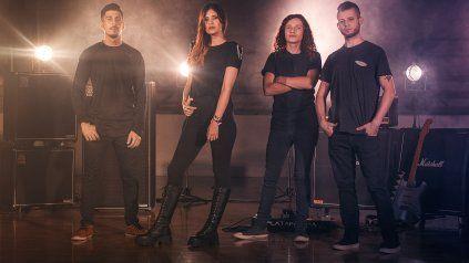Mica Racciatti con los integrantes de su banda.