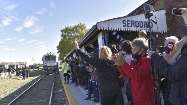 Bienvenido el tren. La emoción de la gente ante la llegada de la formación