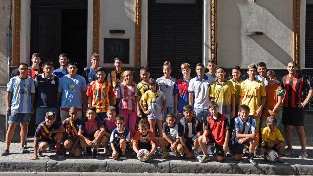 Los deportiistas: La foto en la fachada de la Rosarina realizada por el Diario La Capital en febrero del 2020. Después vino la pandemia.