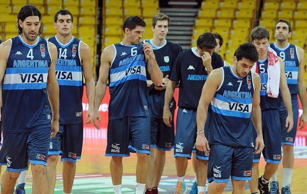 Las caras lo dicen todo. Los jugadores argentinos dejan la cancha sin encontrar respuestas.