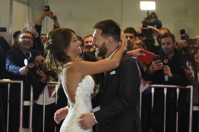 Messi y Antonela salieron a saludar al público y a los medios.