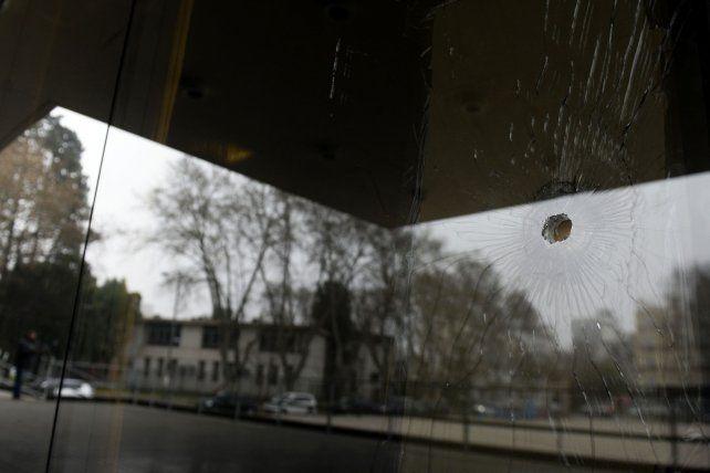 Un impacto de bala en un vidrio del Centro de Justicia Penal.