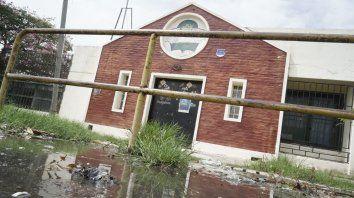 La Escuela 756, Pocho Lepratti, de Las Flores. Está en medio de un basural. No tiene agua, le robaron inodoros, arrancaron marcos y se llevaron puertas.