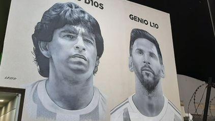 Juntos. Diego Maradona y Lionel Messi, ambos retratados por el artista Gabriel Griffa, en una pared externa del Club Paraná.