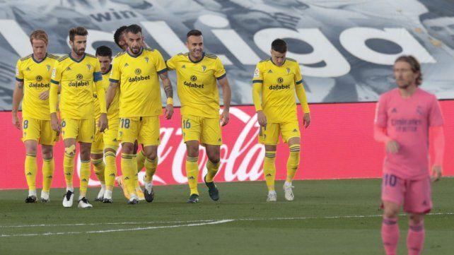 Los jugadores del club recién ascendido festejan el gol de la victoria.