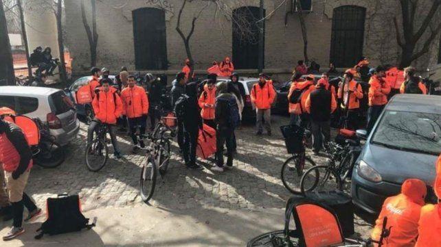 Repartidores. Los ciclistas de Rappi reunidos en la calle.