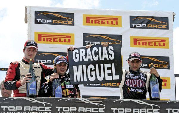 EN el podio hubo un homenaje al recientemente fallecido director del autódromo Miguel Pedrana.