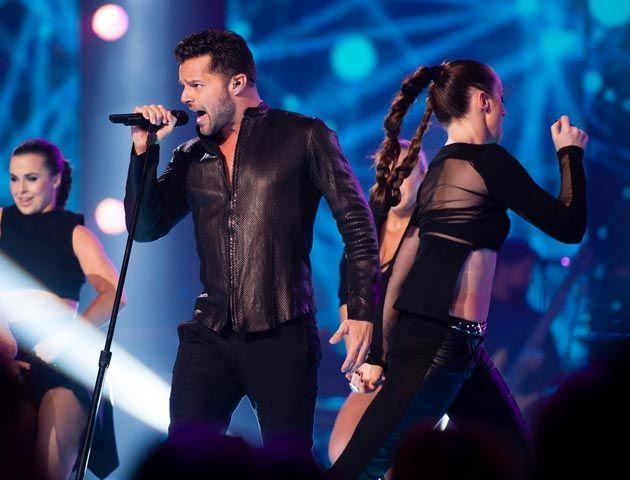 El cantante sólo estuvo cuatro minutos en escenario.