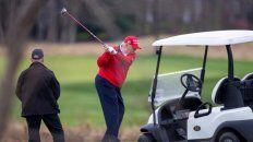 Trump juega al golf en el club que es de su propiedad en Florida.Su hija ivanka se ha retirado del círculo íntimo.