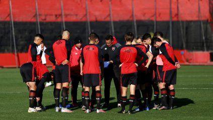 Gamboa charla con sus jugadores antes del partido contra la reserva en el Coloso.