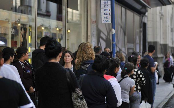 Los usuarios esperaron el colectivo hasta que se enteraron que había paro. (Foto: V. Benedetto)