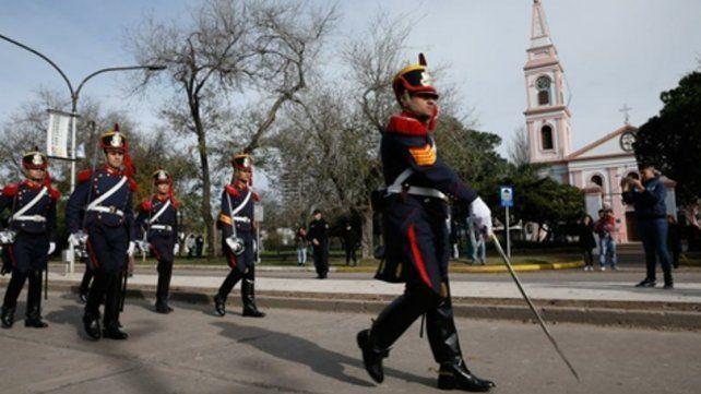 avance. Los Granaderos a Caballo fueron parte del desfile militar para este 20 de Junio.