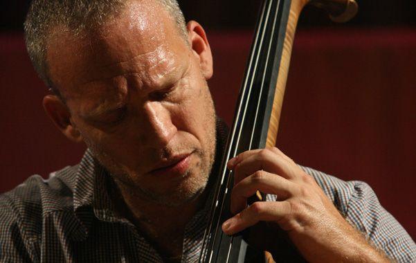 Jazz en vivo. El contrabajista israelí debuta en Rosario con su trío.