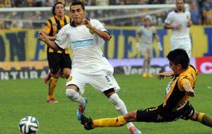 Federico Carrizo intenta llevarse la pelota pese a la marca de un defensor de Olimpo.