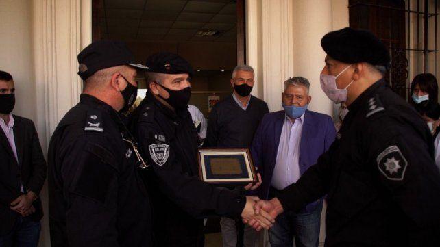 El subinspector Sanchez recibió una plaqueta de reconocimiento por parte de sus camaradas.