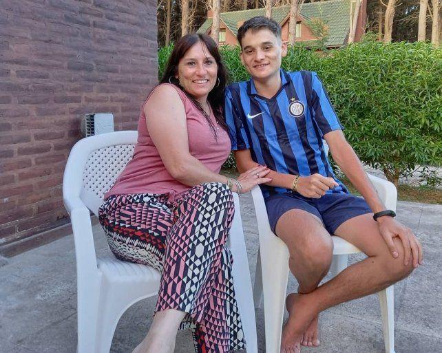 Tuti y su mamá. Los padres del joven trasplantado agradecieron el apoyo que recibieron durante la espera.