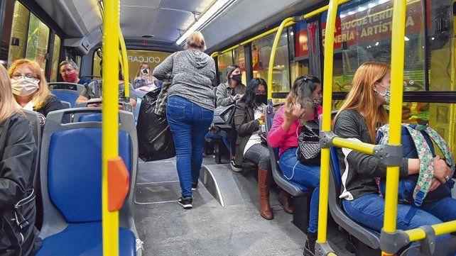 Advertencia. La Municipalidad robusteció la circulación de colectivos para absorber la suba en la demanda de viajes.