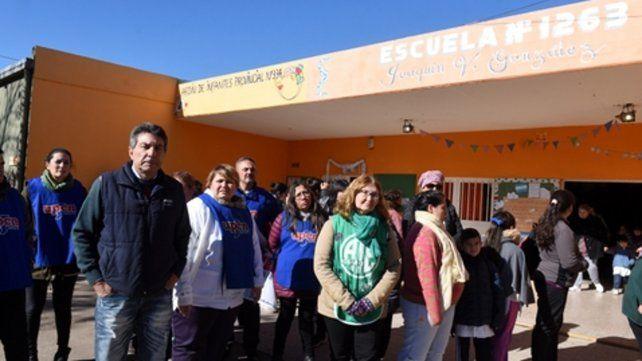 Protesta. La comunidad de la Escuela Nº 1263 realizó el martes un abrazo simbólico. Llevan un año sin servicio de gas.