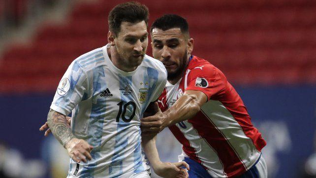 El argentino Lionel Messi, a la izquierda, y el paraguayo Junior Alonso pelean por el balón. AP Photo / Eraldo Peres.