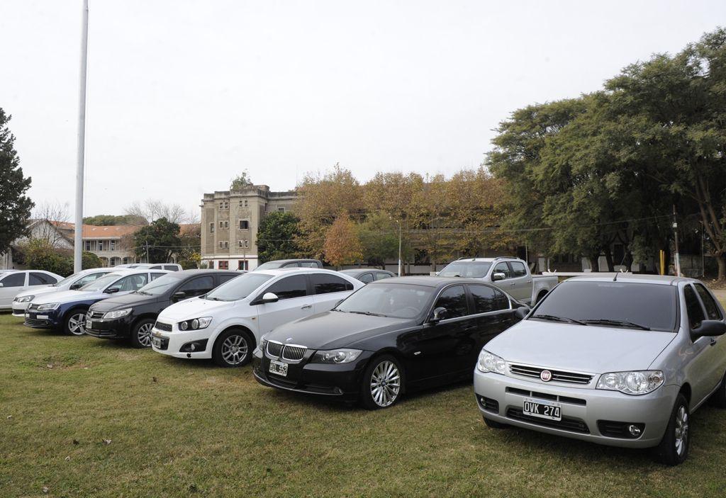 Alta gama. Los investigadores incautaron 21 costosos vehículos en poder de los sospechosos de integrar la banda.