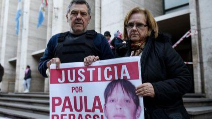 Los padres de Paula con la imagen de su hija y el pedido de justicia: una foto emblemática que resume la historia y la búsqueda