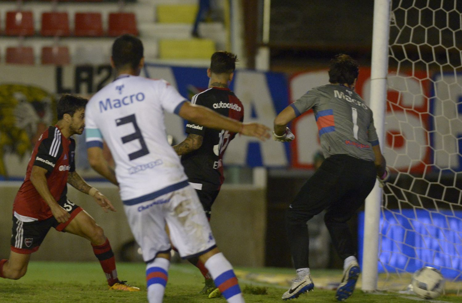 ¡Empate! Scocco ya cabeceó hacia la red. Era el impensado 3 a 3.  (Foto: Sebastián Suárez Meccia / La Capital)