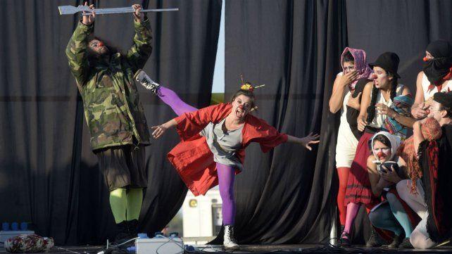 """El grupo Payasos Autoconvocados en la obra """"Algo me hace ruido"""", que se presentó en el marco de los festejos de los 10 años de Teatro x la Identidad."""