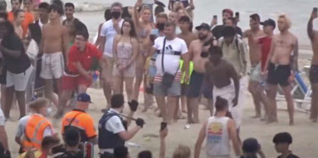 Masiva pelea en una playa belga: un grupo de jóvenes se resistía a cumplir el protocolo sanitario