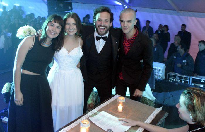 La pareja y los dos testigos truchos. La jueza también es falsa. (Foto: Silvina  Salinas / La Capital)