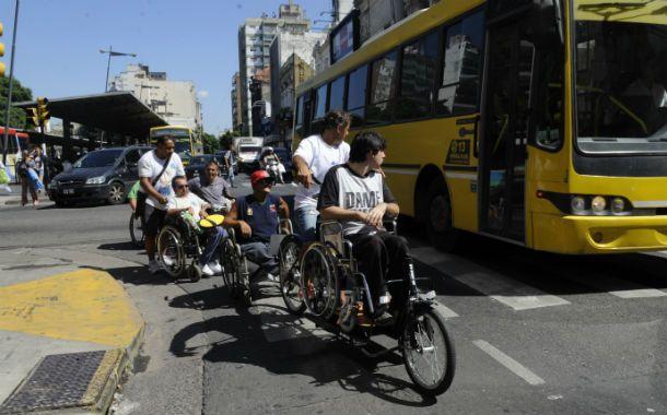 Crear conciencia. Los discapacitados atravesaron ayer muchos obstáculos y dejaron en evidencia lo difícil que les resulta desplazarse a diario por la ciudad. (Foto: C. Mutti Lovera)