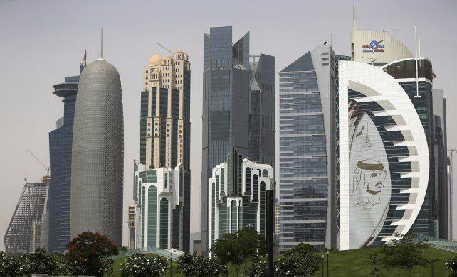 Rascacielos en el desierto. Los hoteles de alta gama necesitan personal de cara al Mundial de Qatar.