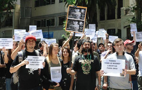 Familiares y amigos de Matías Orsi manifestaron ayer junto a músicos de varias bandas locales. (Foto: Héctor Río)