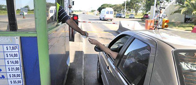 Los trabajadores del peaje en la autopista Rosario-Santa Fe mantienen las barreras levantadas de forma intermitente en reclamo de acuerdo salarial.