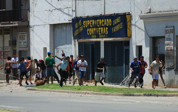 Durante todo el día de ayer grupos de jóvenes se mostraron muy violentos.