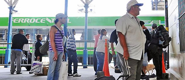 Un grupo de pasajeros se preparaba el jueves para abordar la formación rumbo a Buenos Aires. (foto: Silvina Salinas)